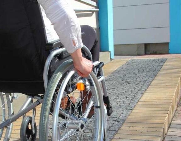 l usage d un fauteuil roulant en toute s curit. Black Bedroom Furniture Sets. Home Design Ideas